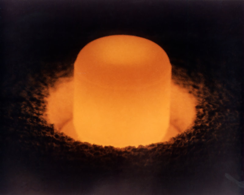 Photo d'un échantillon de plutonium chauffé au rouge.