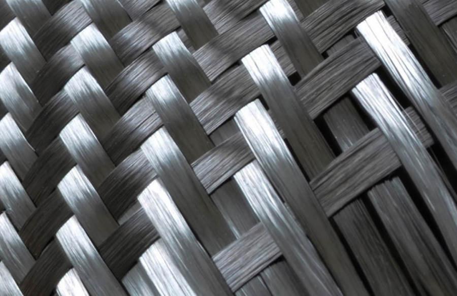 Un zoom sur le tissage des fibres de carbone.